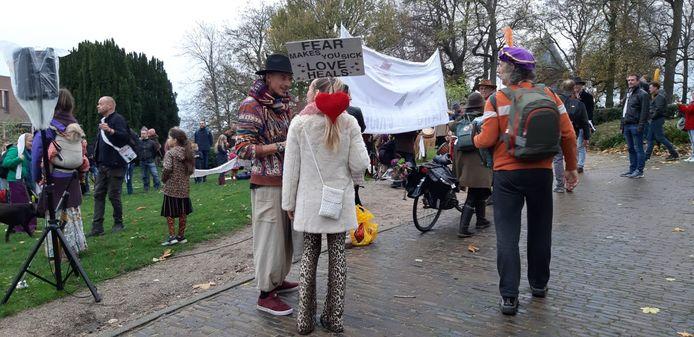 Demonstranten tegen de coronamaatregelen op het Valkhof in Nijmegen.