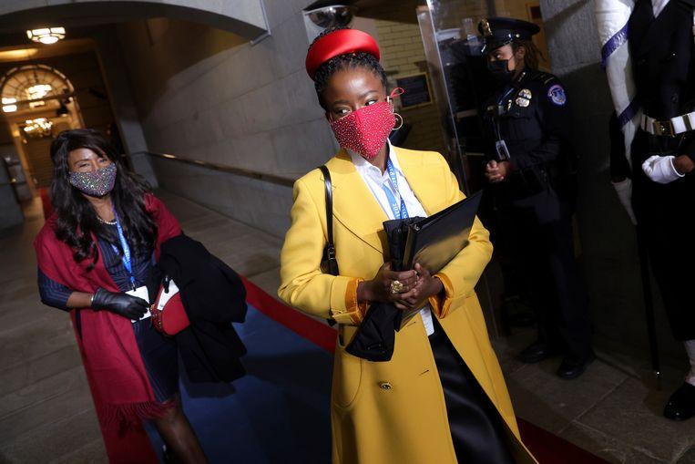 Amanda Gorman voorafgaand aan haar optreden tijdens de inauguratie van Joe Biden. Beeld AP