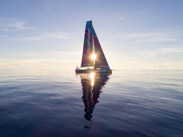 De AkzoNobel ligt tijdens etappe 4 te dobberen bij gebrek aan wind. Beeld Sam Greenfield/Volvo Ocean Race