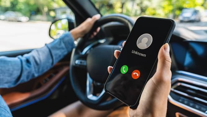 """1 op de 4 Belgen stuurt berichten achter het stuur. """"Het wordt steeds erger: nu bekijken mensen ook video's en posten ze op sociale media"""""""