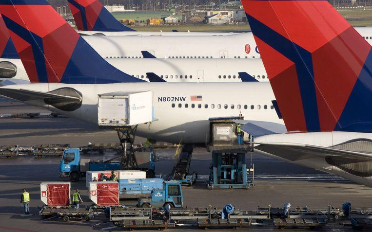 Luchthaven Schiphol in drukkere tijden. Het duurt nog zeker tot 2023 voor het vliegverkeer weer op niveau is. Beeld ANP