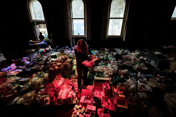 Voedselpakketten worden gesorteerd om bezorgd te worden aan de inwoners.