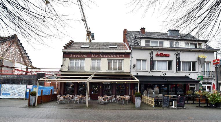 De bouwwerf van De Berrie, taverne De Jachthoorn, café de Roma en frituur de Roma.