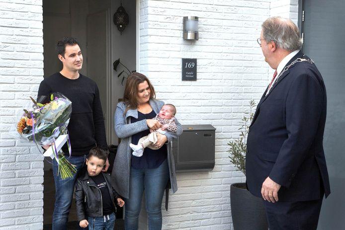 Mike Helsloot (links) is de 80.000e inwoner van Lelystad.  Hij en zijn gezin werden verrast door waarnemend burgemeester Henry Meijdam.