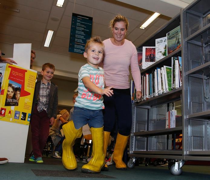 Job en Alieke Jongepier rennen tegen elkaar met reuzen laarzen