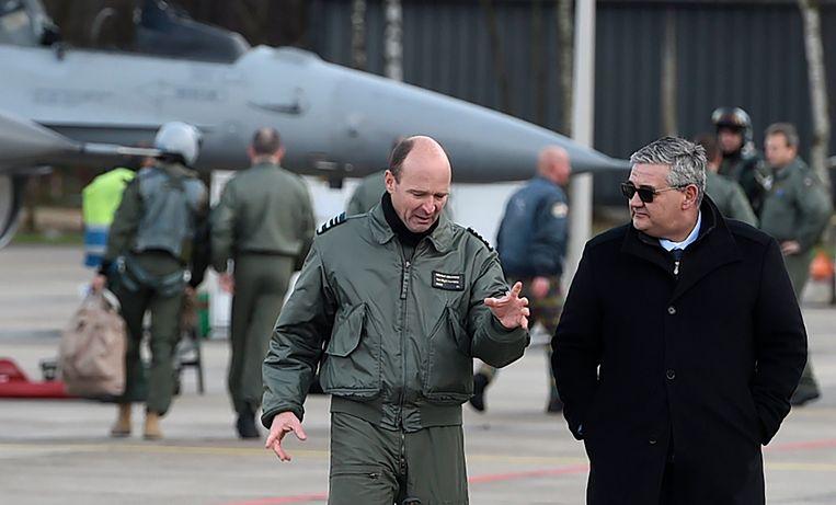 Generaal-majoor van de luchtmacht Frederik Vansina en defensieminister Steven Vandeput verwelkomen de Belgische F-16's op de basis van Kleine Brogel.  Beeld Photo News