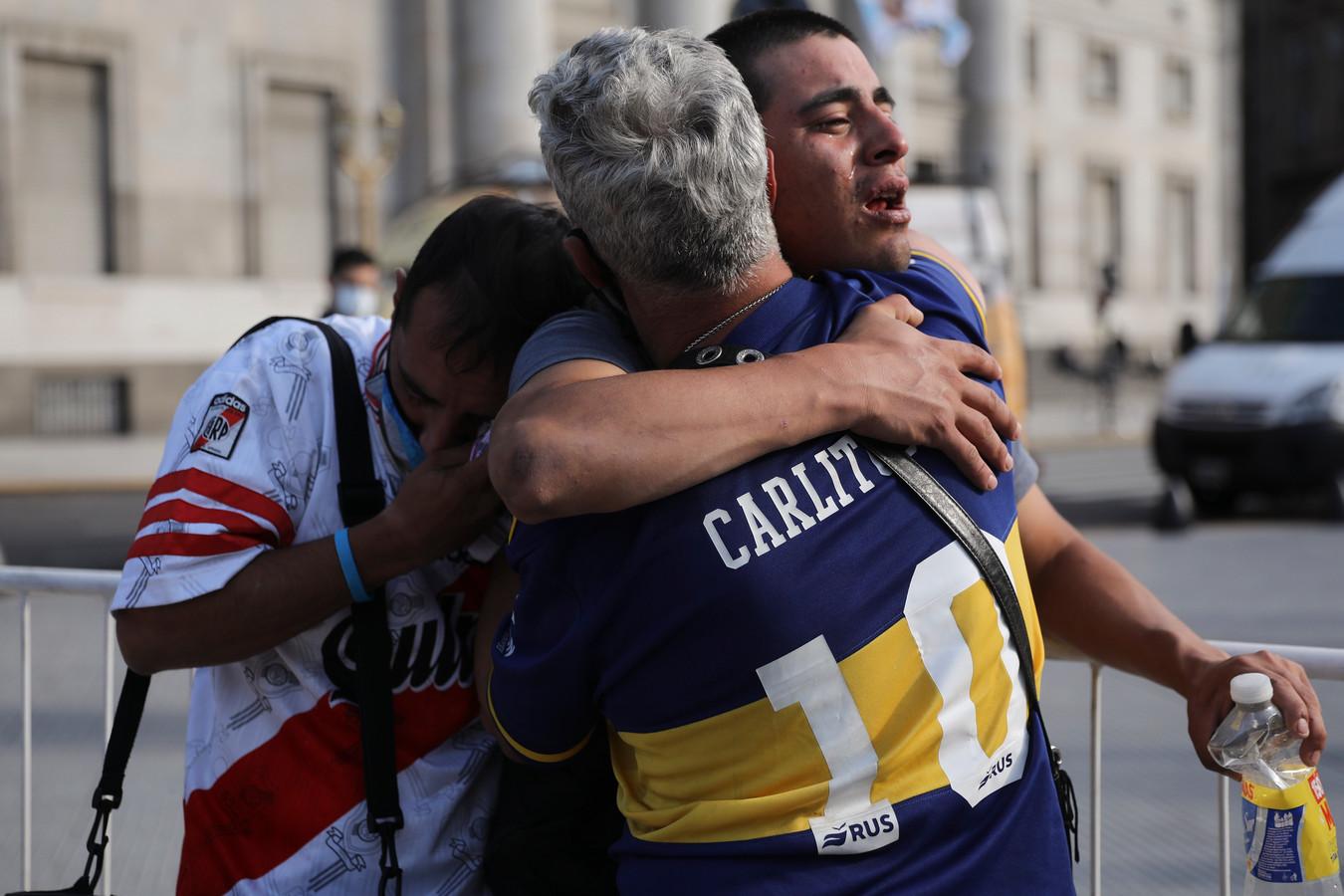 Fans van rivalen Boca Juniors en River Plate zoeken steun bij elkaar na de dood van Diego Maradona.