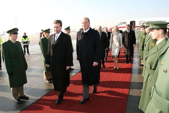 Juan Carlos et sa fiancée Corinna Larsen, derrière lui, en 2006