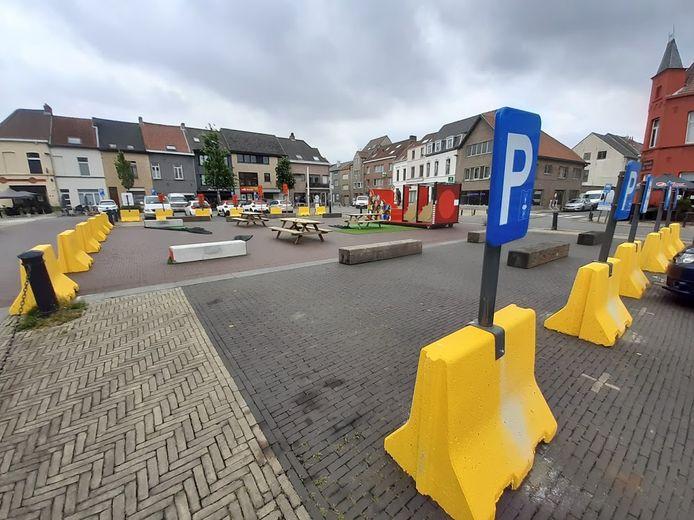 Het Gentbruggeplein werd ingekleed met zitbanken, een speelcontainer en betonblokken.