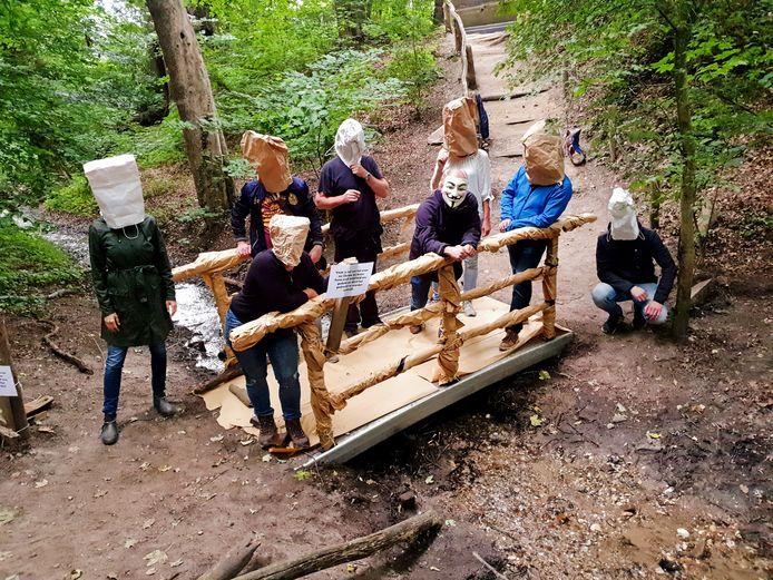 Actievoerders hebben het nieuwe bruggetje ingepakt.