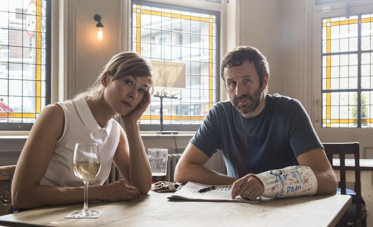 State of the Union - Series (GBR-2019) - Caption: Rosamund Pike (Louise), Chris O'Dowd (Tom) Beeld VRT
