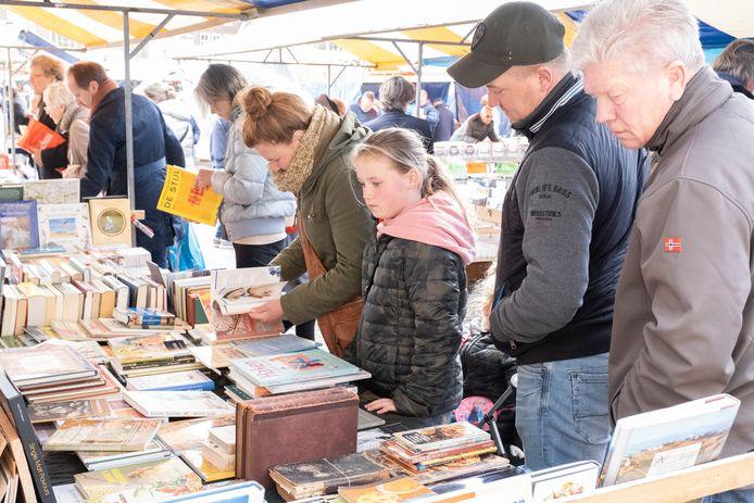 De jaarlijkse boekenmarkt op de Markt in Middelburg kan niet doorgaan. De Kunstroute Middelburg besteedt zondag 2 mei als alternatief aandacht aan literatuur.