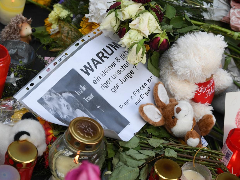 Bloemen en knuffels op het station, ter nagedachtenis aan de moord op een 8-jarig jongetje. Beeld Arne Dedert/dpa