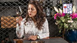 Hoe ontkurk je een fles wijn en schenk je in? HLN-sommelier Sepideh toont het stap voor stap