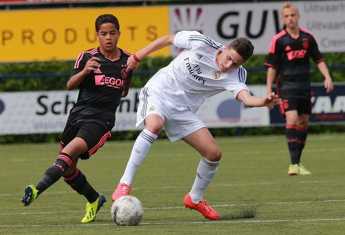 Justin Kluivert (links) namens Ajax in actie tegen Real Madrid op het Marveld-toernooi in Groenlo.