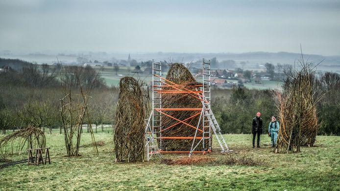 Het kunstwerk 'The Ancestors-Les Ancètres' blijft een jaar staan.