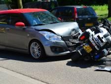 Motoragent raakt gewond aan zijn benen bij aanrijding met auto in Deurne