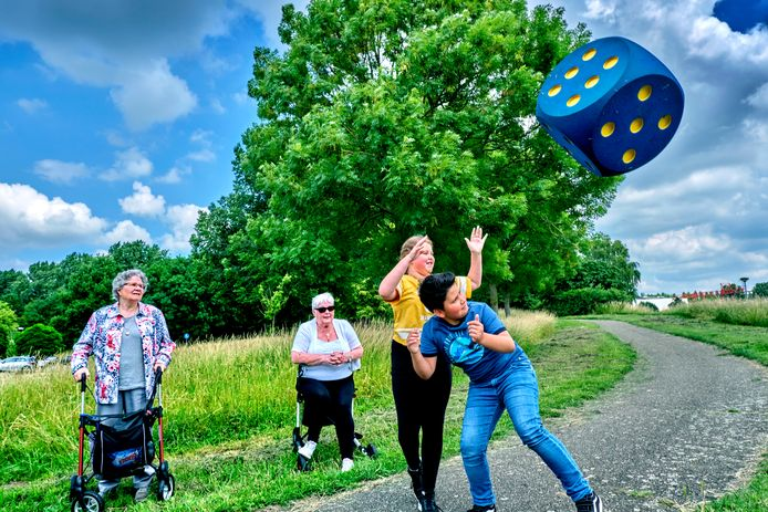 Twee leerlingen van De Regenboog hebben de beweegroute geopend, samen met twee bewoners van De Merwelande.