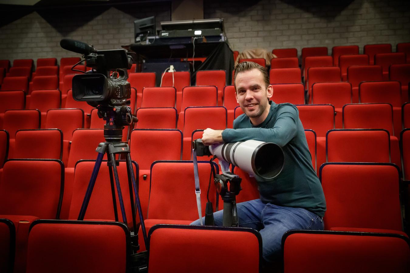 Fotograaf Marcel Otterspeer aan het werk voor fotografie en video-opnamen voor de nieuwe solovoorstelling van choreograaf Barry Stevens.