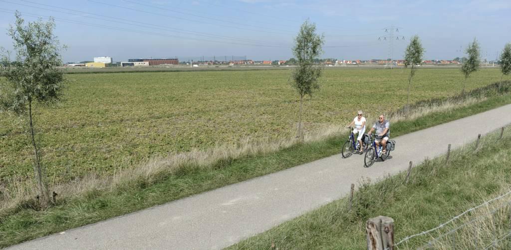 Fietsers op de Trekdijk bij Nieuw- en Sint Joosland.