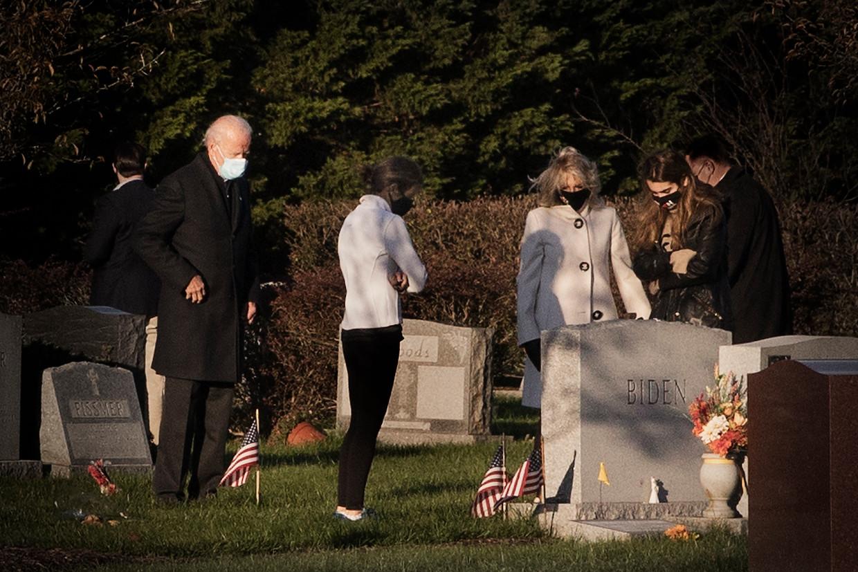 Biden bezoekt met familieleden het graf van zijn eerste vrouw, dochter Naomi en zoon Beau.  Beeld Daniel Rosenthal