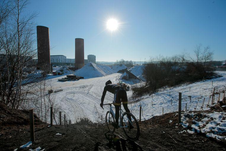 ► Sven Nys duikt naar beneden op de besneeuwde omloop in Bieles. 'Het mooiste parcours in jaren', zegt de ex-crosser. Beeld Jan De Meuleneir / Photonews