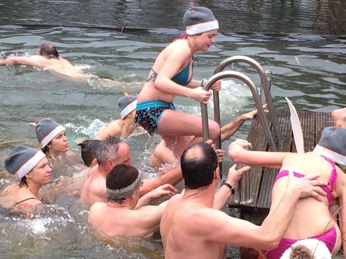 En na een stukje zwemmen snel weer uit het water.