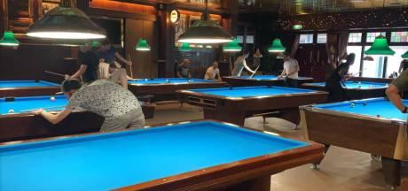 In dit Dordtse café mag je alleen nog biljarten op een lege maag: 'Dat thuiszitten ben je ook een keer zat'