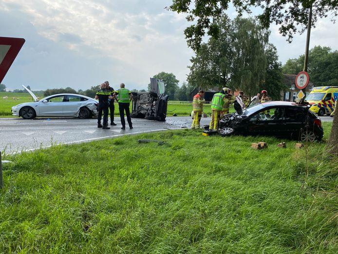 Een driedubbele autobotsing op de N337 (tussen Olst en Wijhe) zorgt voor een wegafsluiting.