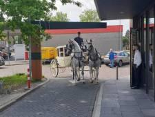 Met een koets en 'eenhoorns' naar de McDrive in Vlaardingen