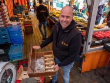 Pas bij de vierde automaat kan koopman Marco Kros uit Apeldoorn zijn klinkende munt storten: 'Het is een drama'