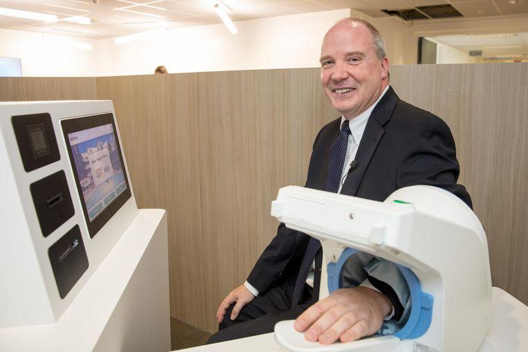 Guy Hans meet zelf zijn bloeddruk in de nieuwe kiosk in de pijnkliniek.