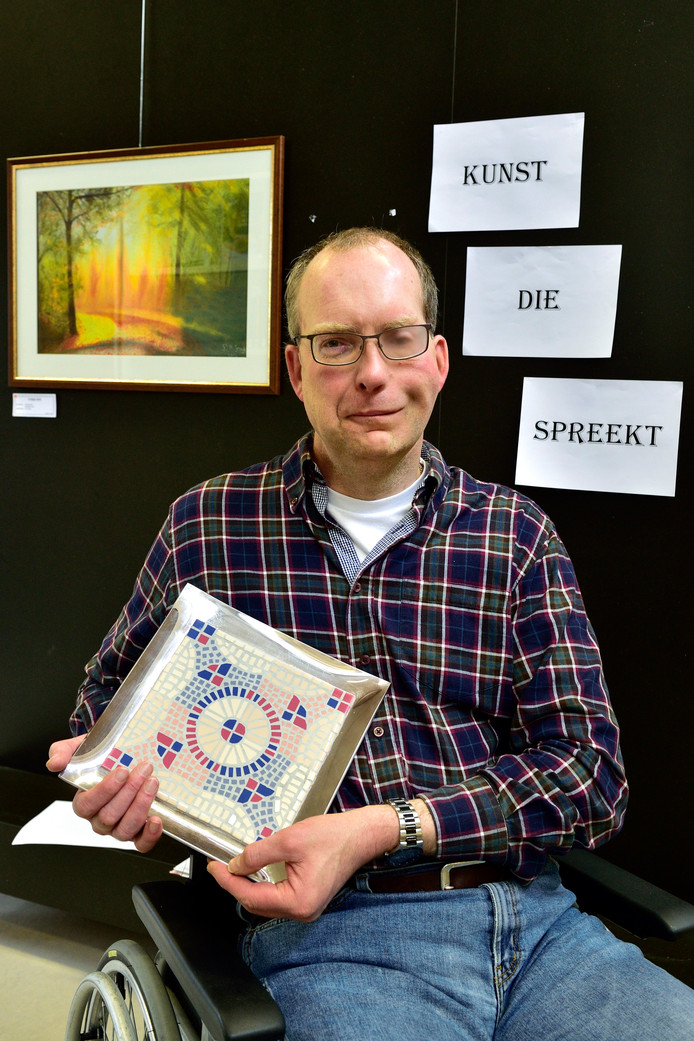 Gerben de Gruijl exposeert zijn werk in de bibliotheek van Schoonhoven.