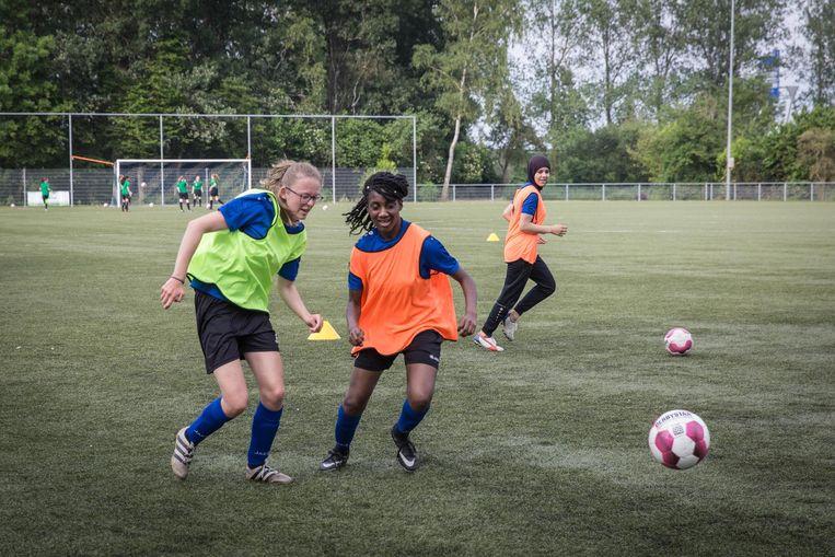 Kadoelen, donderdagmiddag: een training van het meidenteam van SV Kadoelen Beeld Dingena Mol