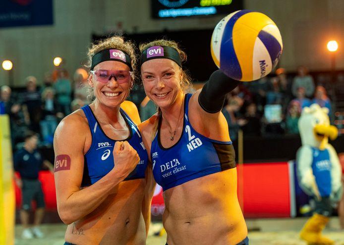Sanne Keizer en Madeleine Meppelink op de DELA Beach Open in Den Haag (2019).