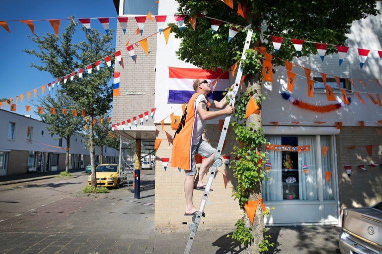 Marcel Pietersen inspecteert het vlaggenkoord, dat door een passerende vrachtauto werd stukgereden.  Beeld Ton Toemen