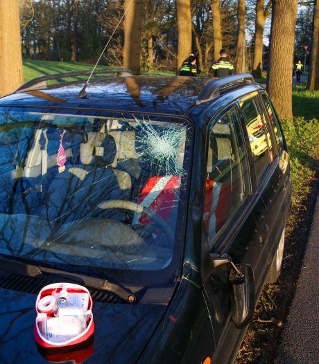 Fietser belandt op motorkap bij botsing met auto in Laag-Soeren