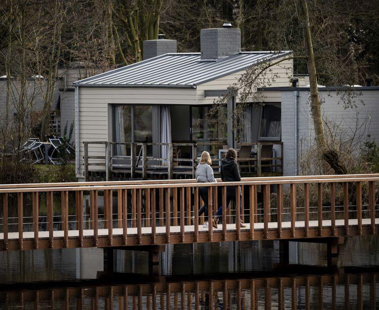 Vakantiegangers op een park in Zeewolde. De huisjes zijn mateloos populair, zeker nu de reisbeperkingen zijn verlengd.  Beeld ANP