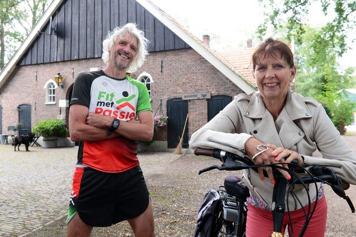 Henk Passies en Annemarie Haak voor museumboerderij Daggel in Hertme, die voor het eerst meedoet aan Open Monumentendag. Zowel de run als de fietstocht doen het boerenerf aan.