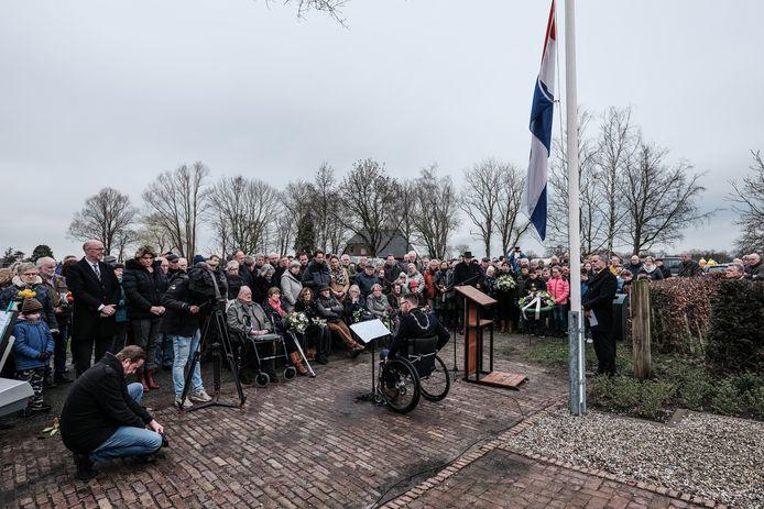 Burgemeester Otwin van Dijk houdt een toespraak tijdens de herdenking van het Rademakersbroek in 2020.