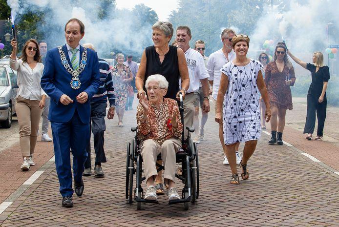 Miet van de Ven-Peeters werd zaterdag 100 en kreeg daarom van de gemeente een bankje aangeboden door burgemeester Anton Ederveen.