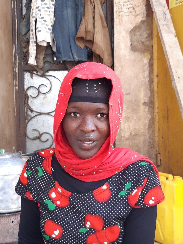 Fatuma (26) prijst Chinese jurken en bh's aan. 'Ik heb gehoord van dat virus ja, als dat doorgaat is het heel slecht voor de zaken. Mijn man handelt in auto-onderdelen uit China maar hij krijgt geen onderdelen meer, terwijl het geld al naar China is gestuurd.' Fatuma is verder niet heel bang voor het coronavirus, zegt ze. Toch wijst ze op de bh's en vraagt: 'Of kan het daar ook in zitten?' Beeld Mark Schenkel