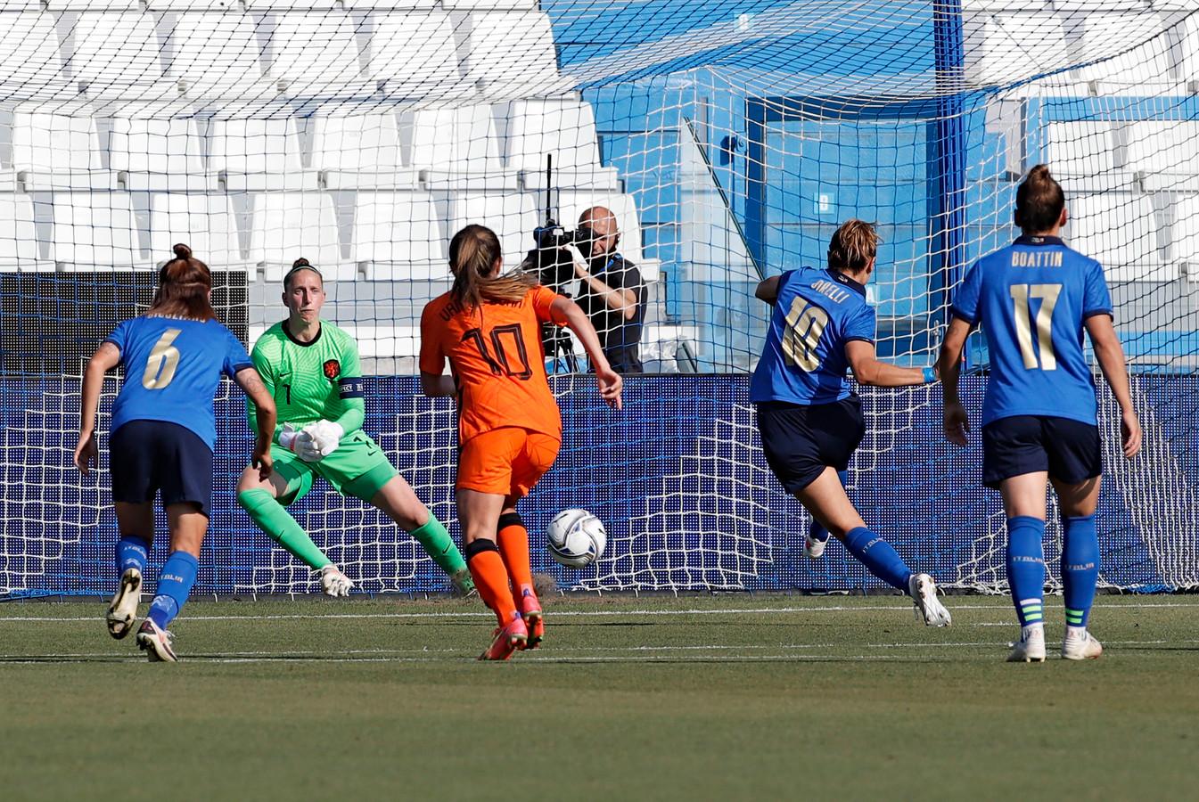 Cristiana Girelli laat Sari van Veenendaal kansloos vanaf de stip.