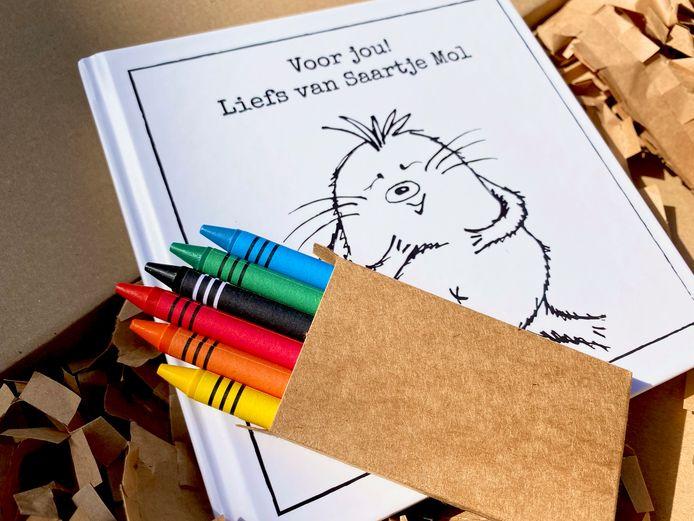Het boekje over Saartje Mol, met bijgeleverde potloden.