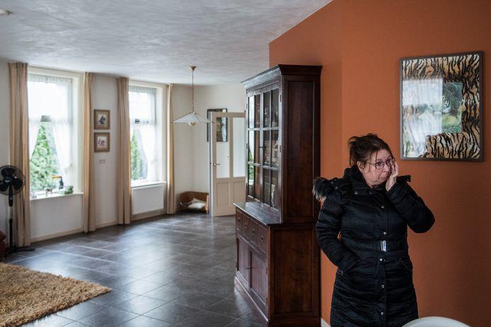 Emoties bij Els Bakker nadat zij weer even in het vrijwel lege huis in Elst is.