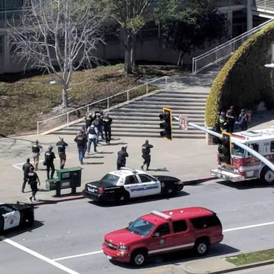 Politie-agenten bestormen het hoofdkantoor van YouTube in San Bruno, Californië.