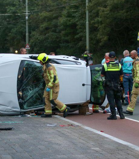 Auto belandt op zijn kant op Haagse Nieboerweg, inzittende onderzocht in ambulance