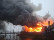 Vuurzee bij zeer grote industriebrand in Den Bosch, NL-Alert verzonden in verband met rook