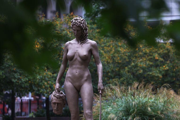 Het beeld Medusa met het hoofd van Perseus werd onder invloed van de #MeToo-beweging in het Collect Pond Park in New York neergezet. Nog te vaak worden in grote bedrijven klachten over ongepast gedrag onder het vloerkleed gemoffeld. Beeld Getty