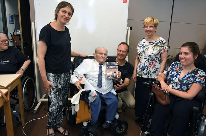 Arthur Meurrens en Denise Keustermans (vierde van links) presenteren het boek 'ARTHUR'.